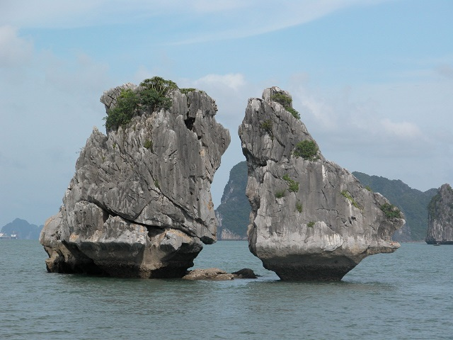 Ha_Long_bay_The_Kissing_Rocks